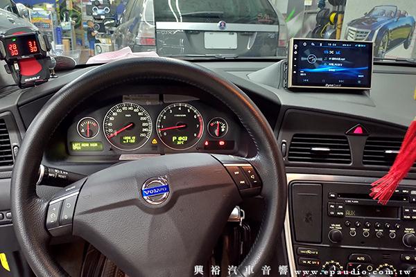【VOLVO S60】富豪S60 安裝 DynaQuest DMV-716A 7吋通用型高畫質觸控螢幕主機 | 木工TV座